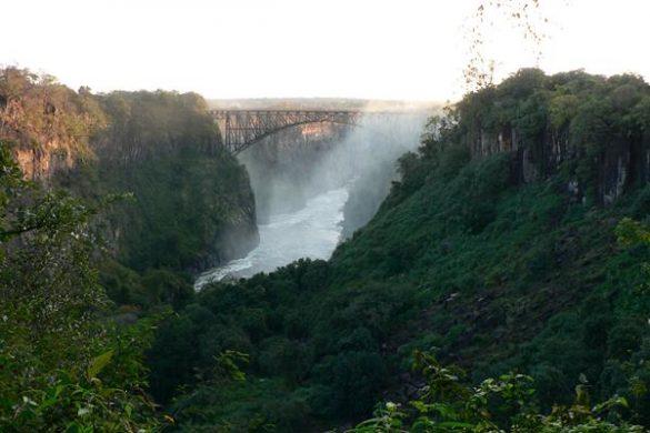 Die Viktoria Fälle an der Grenze zu Sambia und Simbabwe. Mehr Informationen unter www.wiraufreise.de