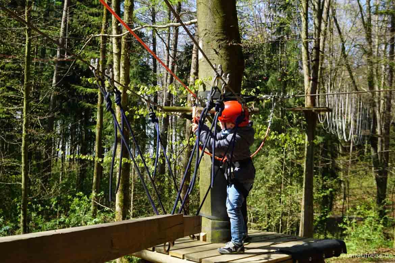 Kind klettert im Kletterpark Bad Waldsee. Weitere Informationen im Beitrag Heimatliebe - Biberach an der Riß bei www.wiraufreise.de