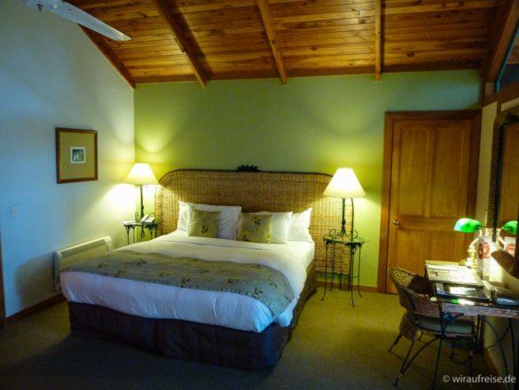 Das Zimmer im Bush-Chalet im Puka Park in Pauanui Nordinsel Neuseeland