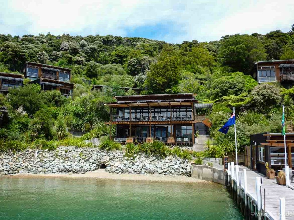 ein resort mit einigen Bungalows, neuseeland südinsel bay of many coves