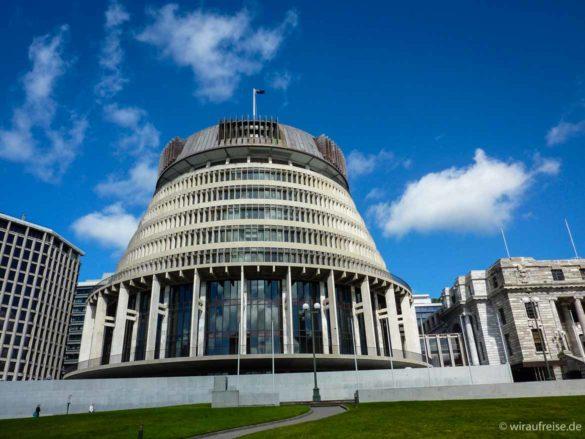 Gebäude, das wie ein Wespennest aussieht und desshalb Beehive genannt wird, Wellington neuseeland