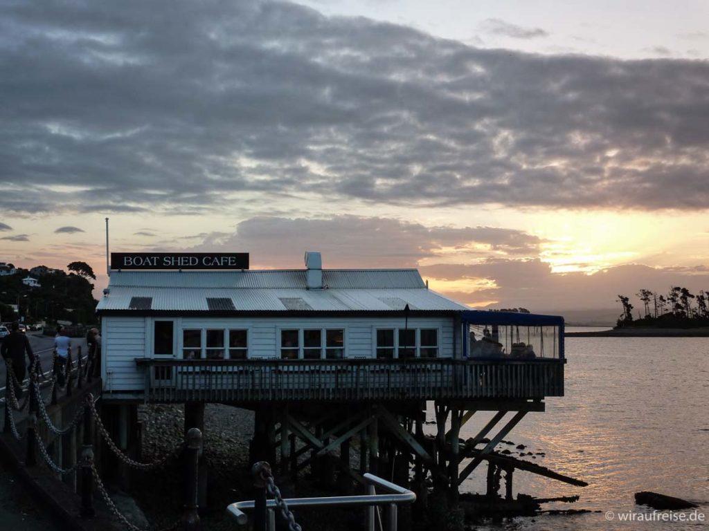 Café auf Stelzen über dem Meer in nelson, südinsel neuseeland