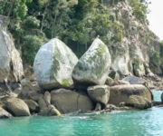 Ein großer Fels, der in der Mitte gespalten ist und dadurch aussieht, wie ein zerbrochener Apfel. Neuseeland Südinsel Abel Tasman