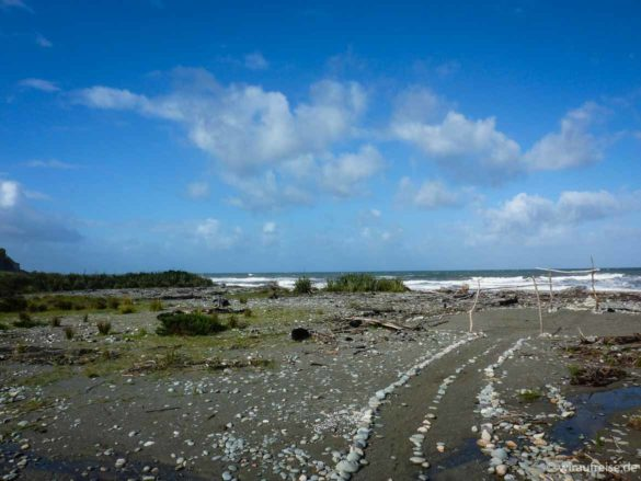 Mit Steinen eingegrenzter Weg zum Strand. Neuseeland, Punakaiki, Pancake-Rocks, Punakaiki Resort