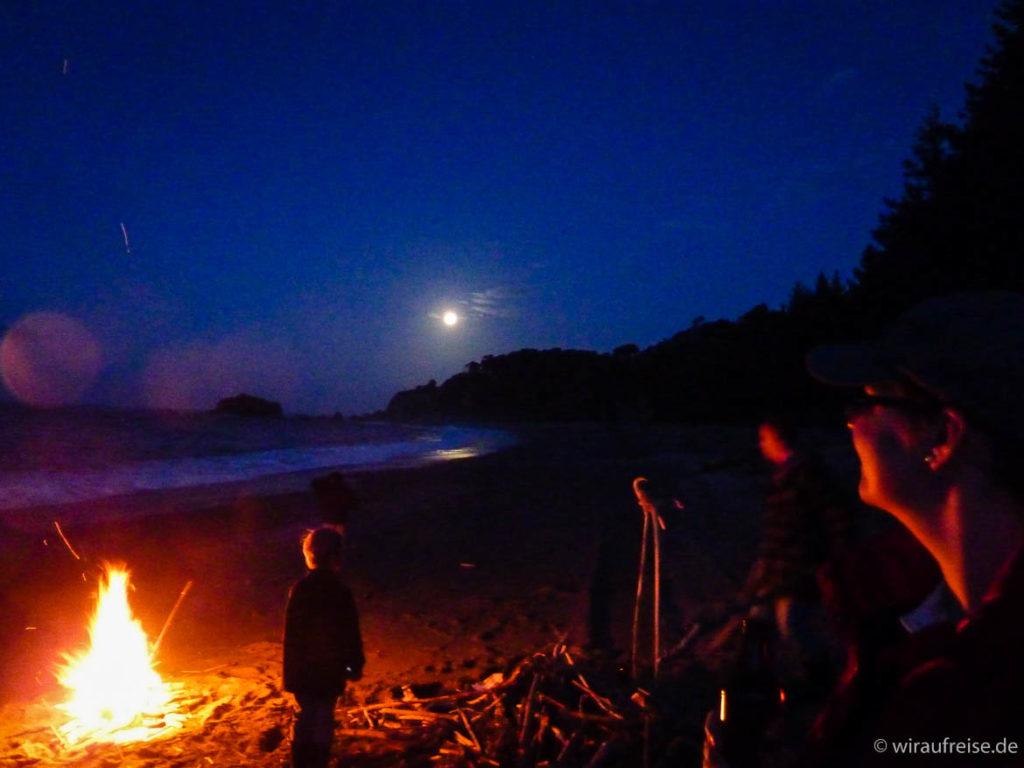 Silvester am Strand mit Lagerfeuer, Vollmond und Flut Neuseeland Lake Moeraki