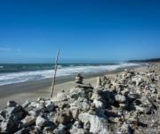 Eine Armada aus Steinmännchen am Strand irgendwo zwischen Fox- und Franz-Josef-Gletscher, Südinsel Neuseeland