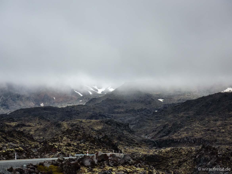 Düstere Stimmung im Tongariro Nationalpark, die Bergspitzen sind hinter einer dichten Nebelwand verschwunden, das Land sieht aus wie bei Herr der Ringe