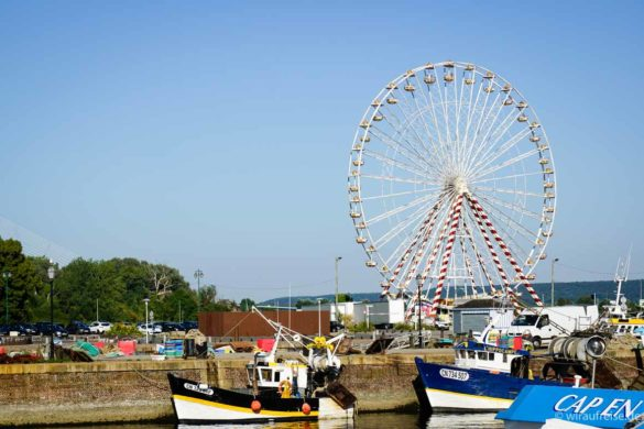 Riesenrad und Boote im Hafen von Honfleur