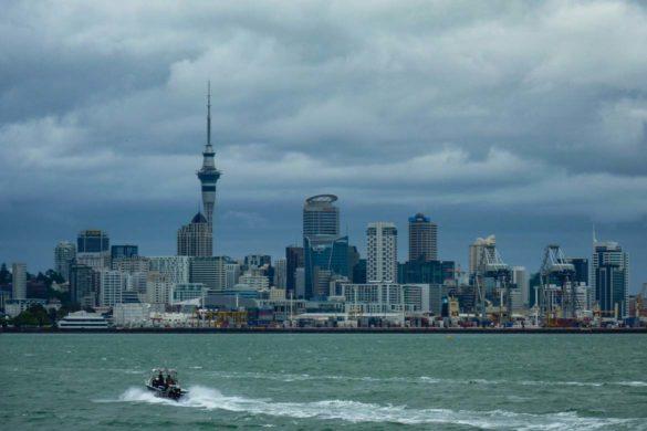 Die Skyline von Auckland, fotografiert während der Hafenrundfahrt. Neuseeland Nordinsel