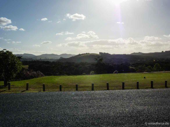 Straße, Wiese, Wälder, Auen, Himmel, Sonne - ein Landschaftsbild aufgenommen in der Nähe von Kerikeri, Nordinsel Neuseeland
