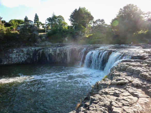 Blick auf die Haruru-Falls, ein im Halbkreis geformter, 5 m hoher Wasserfall- Neuseeland Nordinsel