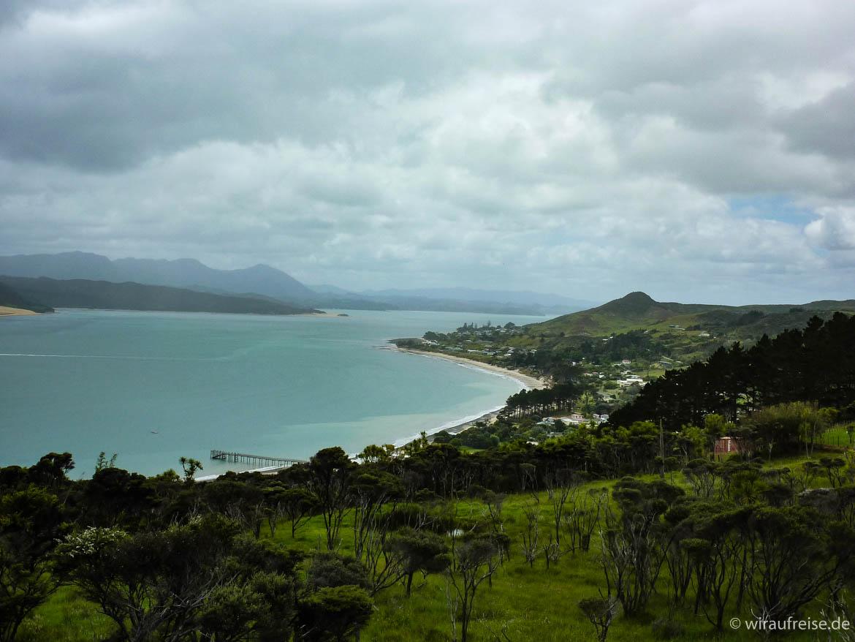 Ausblick auf den Naturhafen in Hokianga, grüne Auen um hellblaues Meer- Neuseeland Nordinsel