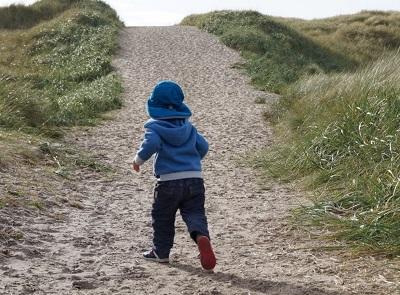 Die Sanddünen Dänemarks erklimmern. Weiter Informationen, warum Dänemark ein tolles Familienreiseziel ist erfährst du auf www.wiraufreise.de