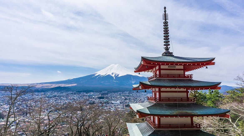 Japanischer Tempel und Blick auf den Fujiyama. Weitere Informationen bei der Blitzparade auf www.wiraufreise.de