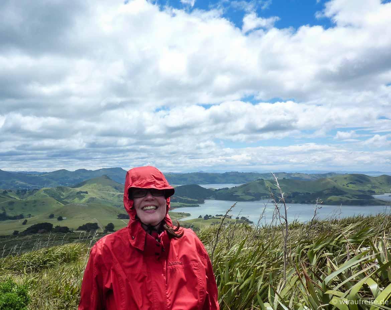 Windiger Tag auf der Südinsel Neuseelands. Die Kapuze schützt die Ohren vor dem Wind. Weitere Informationen unter www.wiraufreise.de