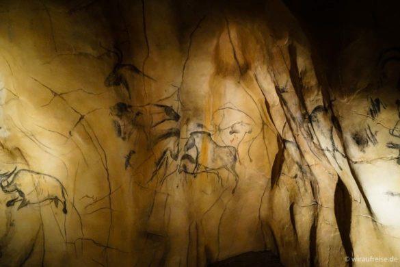 """Rekonstruiertes Bildfeld aus der berühmten """"Grotte Chauvet"""" in Südfrankreich"""