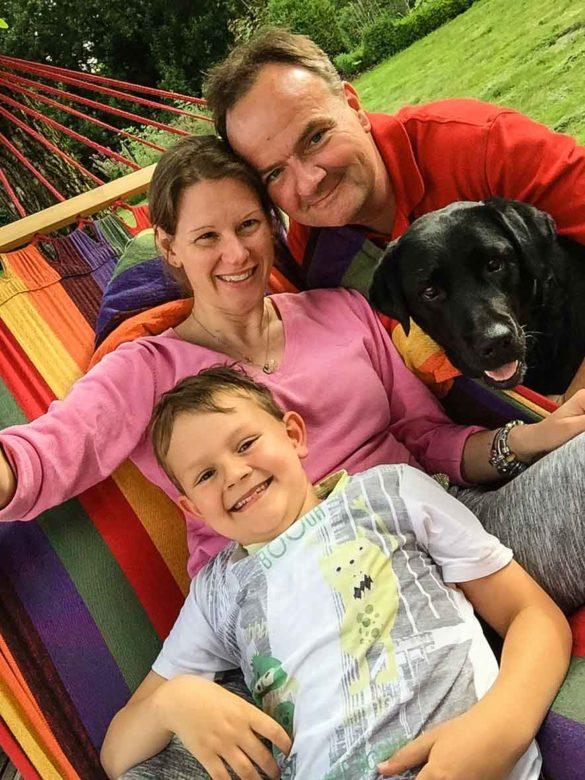 Familie auf Hängematte mit Hund