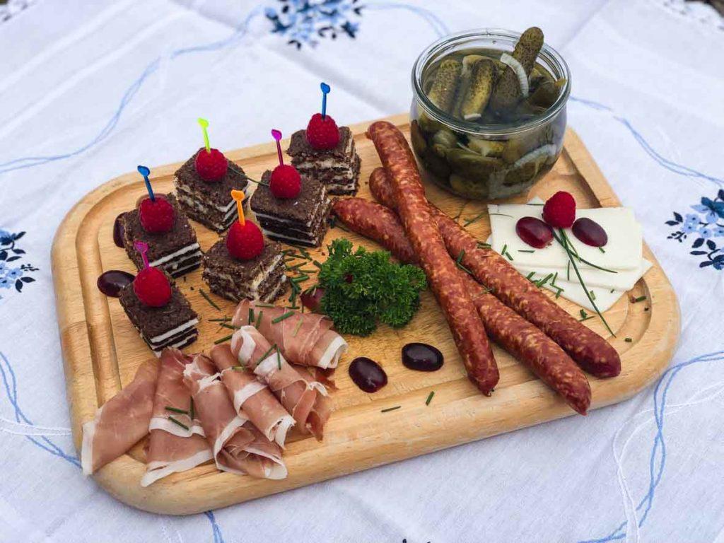 Vesperbrett mit Essiggurken, Pumpernickel und Mettenden