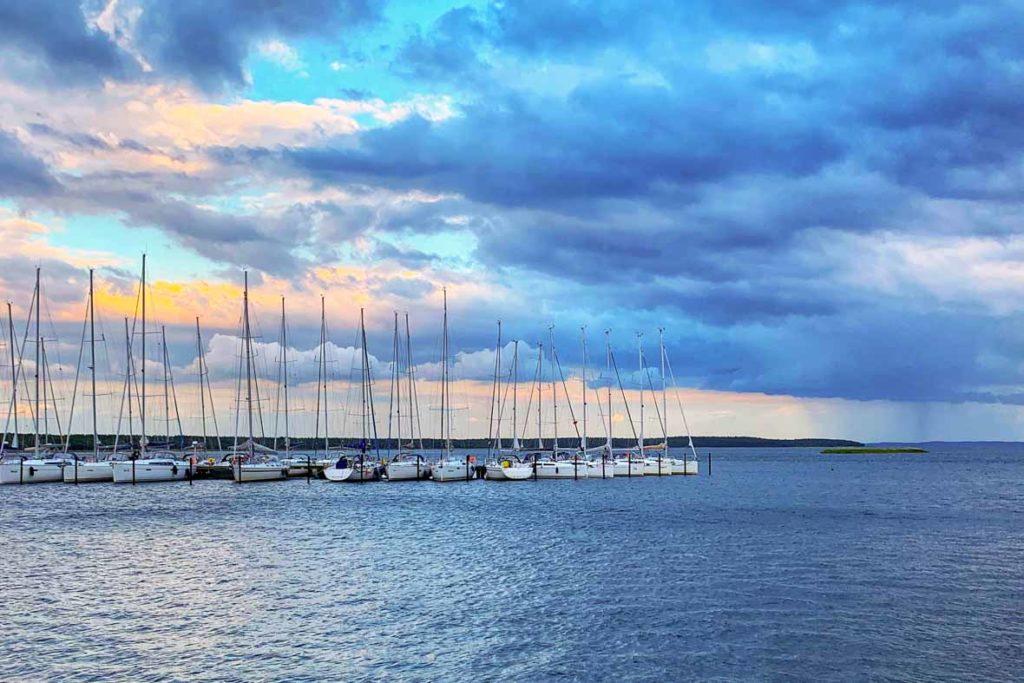 Bedrohliche Wolken im Hafen von Breege an der Ostsee