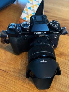 Systemkamera Fujifilm XT-3 mit Kit Objektiv 18-55 mm und Kameragurt