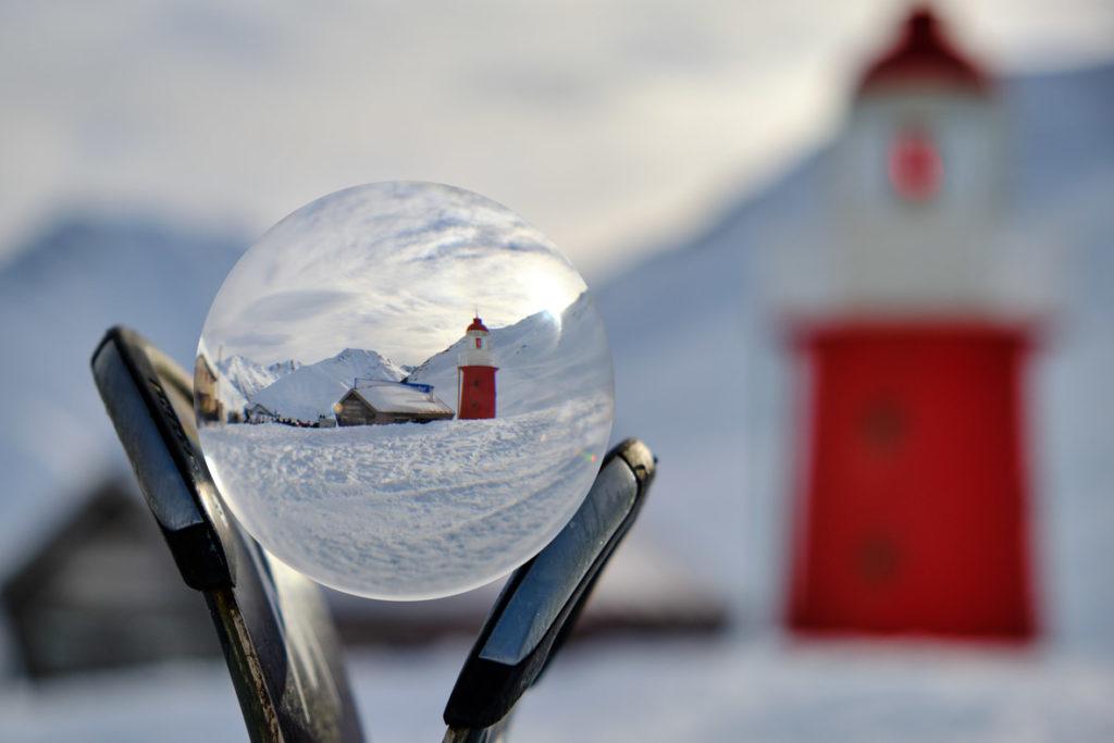 Leuchtturm am Oberalppass in der Glaskugel