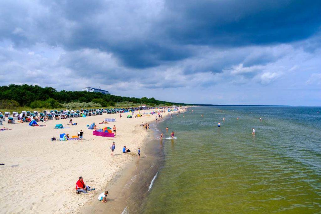 Der Strand von Zinnowitz von der Seebrücke aus fotografiert