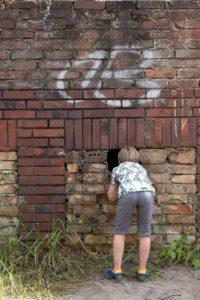 Ein Loch in der Mauer, was dahinter wohl zu sehen ist?